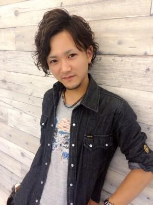 沼津の美容院、美容室で働く美容師の「鍋田友洋」は、マカロン牛若丸沼津店に所属しています。